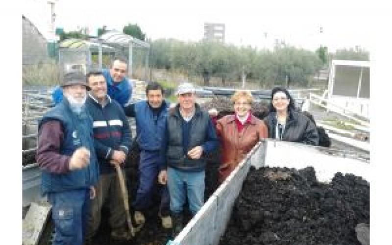 El Ayuntamiento reparte compost gratis de máxima calidad entre una docena de agricultores