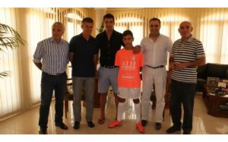 Lucas Alcaraz apadrina la Escuela Municipal de Fútbol de Alhendín