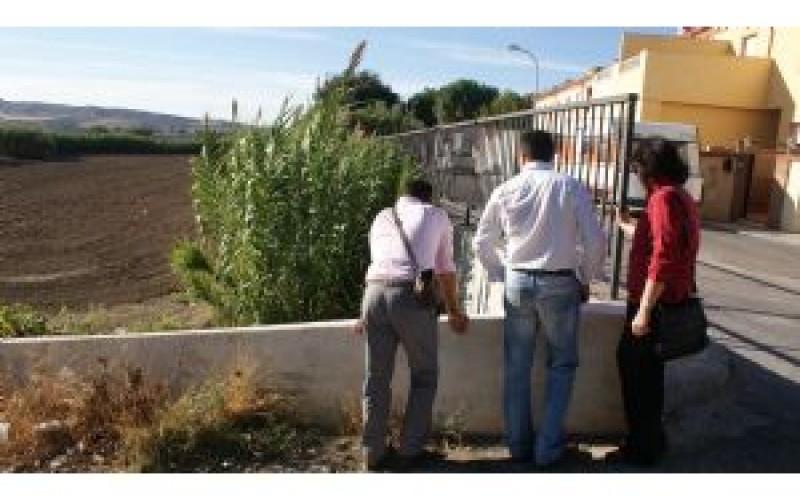 El equipo de gobierno se compromete a encauzar la acequia que colinda con la C/ Pablo Picasso