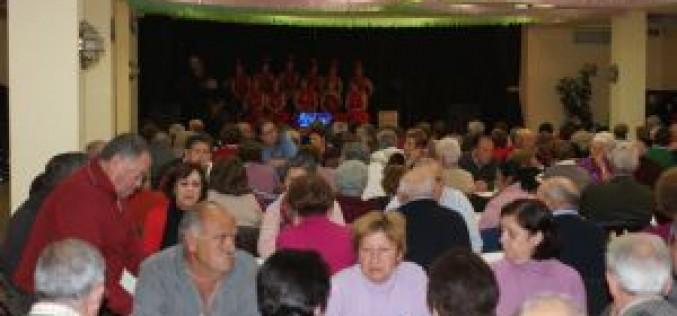 Alrededor de 250 mayores disfrutan de la tradicional merienda navideña