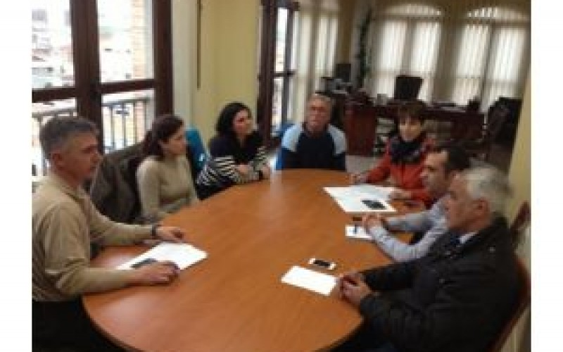 Reunidos el equipo de gobierno y la Asociación de Senderismo Al-hamdan.do