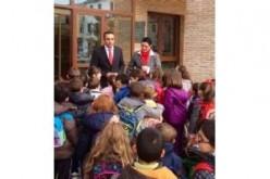 75 escolares visitan el ayuntamiento y dialogan con el alcalde y la concejal de Educación