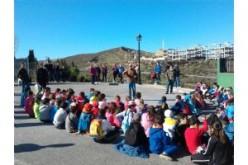Escolares de 4º curso plantan árboles y arbustos en la Urbanización La Quinta