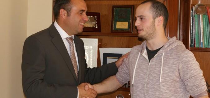 El alcalde recibe a Vicente Sánchez, vecino de Alhendín y ganador del concurso gastronómico Granajoven Chef