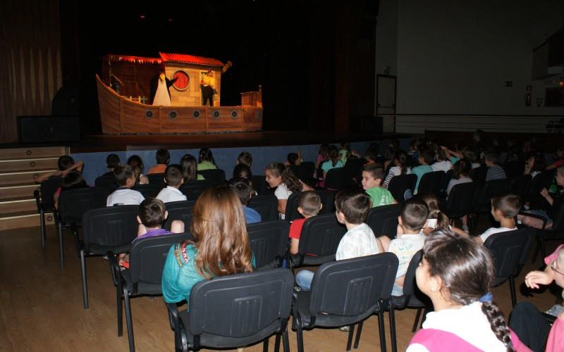 Alumnos del colegio aprenden valores a través de la puesta en escena de 'Acuario Teatro'