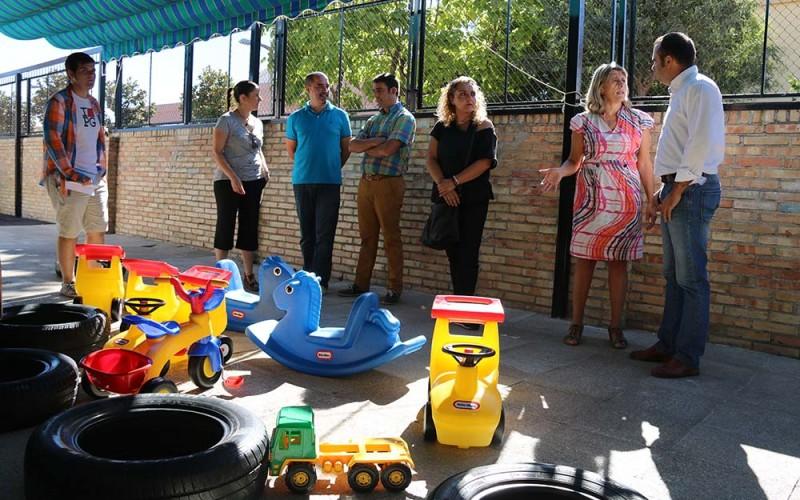 El Ayuntamiento entrega al colegio material infantil para los grupos de 3 y 4 años
