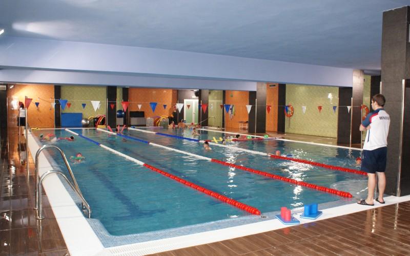 La piscina cubierta ofrece nado en familia un sábado al mes