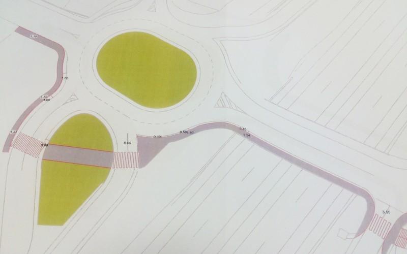 El Ayuntamiento remitirá a Fomento una propuesta para facilitar el tránsito de peatones por la rotonda de acceso a la autovía