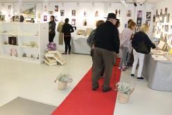 Más de 200 recuerdos de bodas, bautizos y comuniones se exponen en el Museo Etnológico