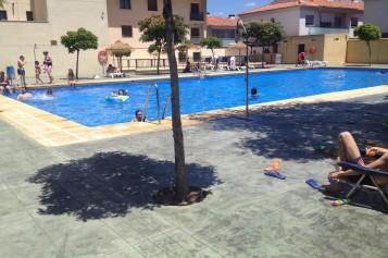 El Ayuntamiento premia a los estudiantes que han aprobado todo con un verano de piscina gratis
