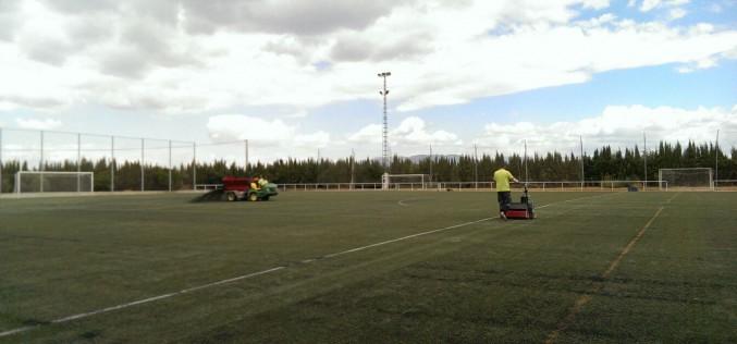 Empleados 9.000 kilos de caucho para el adecentamiento del césped del campo de fútbol