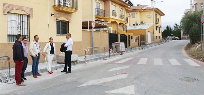 El Ayuntamiento acomete las obras de acerado de la calle Cementerio