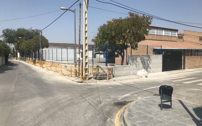 El Consistorio invierte 20.000 euros en la mejora de la cerca perimetral del colegio