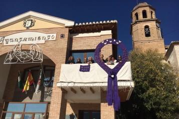 Alhendín conmemora el 25N con un lazo adornado por la Asociación Agujas Solidarias
